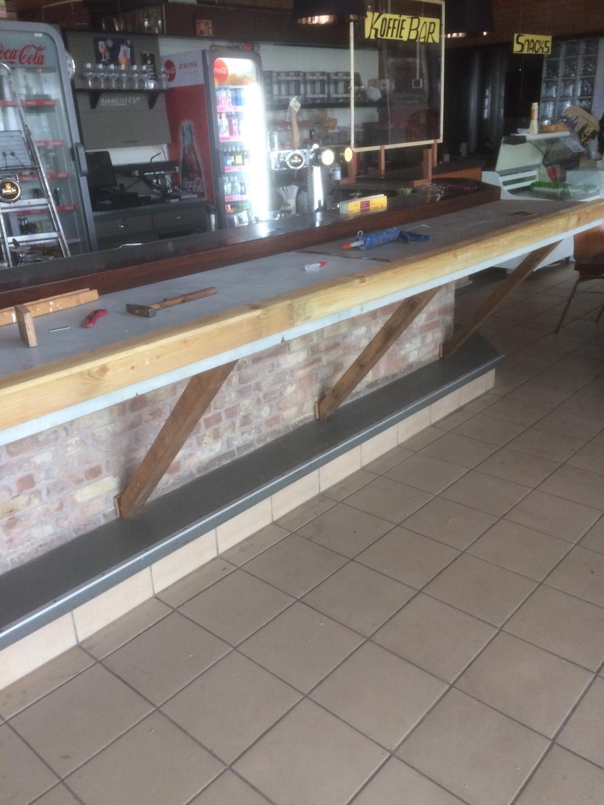 Bar 1,5 meter en buitenkant lik verf